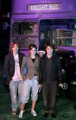 Rupert Grint, Emma Watson and Daniel Radcliffe in front of the Knight Bus from Harry Potter and the Prisoner of Azkaban - from fuggingitup.blogspot.com